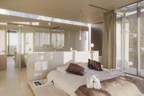 Letto e bagno in camera da letto moderna master — Foto stock