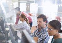 Студенты за компьютерами в классе для взрослых — стоковое фото