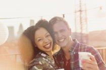 Porträt, Lächeln junges paar genießen auf der Dachterrasse Partei — Stockfoto