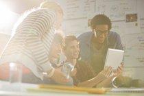 Geschäftsleute, die mit digitalen Tablet in treffen — Stockfoto