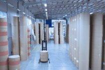 Загорнуті Шпулі паперові укладаються в друку зі складу заводу — стокове фото