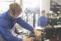 Mecânico de trabalho no motor na oficina de reparação de automóveis — Fotografia de Stock