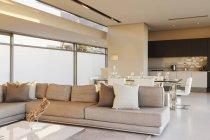 Interior moderno piso plano aberto — Fotografia de Stock