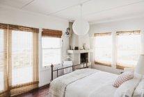 Rideaux de Reed dans l'intérieur de la chambre blanche — Photo de stock