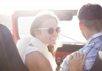 Paar in Geländewagen — Stockfoto