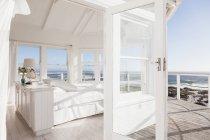 Malerischer Blick auf das weiße Schlafzimmer mit Blick auf den Ozean — Stockfoto