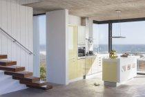Schwimmende Treppe und moderne Küche mit Blick auf das Meer — Stockfoto