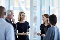 Geschäftsleute, die in der Empfangshalle zu sprechen — Stockfoto