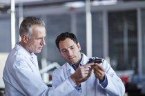 Успішні дорослих дослідники, що працюють в лабораторії — стокове фото