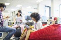 Деловых людей, говорящих в совещании в современном офисе — стоковое фото