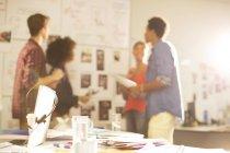 Hommes d'affaires parler en réunion dans le bureau moderne — Photo de stock