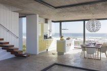 Современная кухня и обеденный зал с видом на океан — стоковое фото