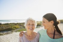 Madre e figlia sulla spiaggia soleggiata — Foto stock