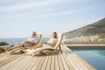 Coppia più anziana relax in piscina — Foto stock