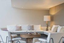 Frutas, queijo e vinho na mesa de café na sala de estar moderna — Fotografia de Stock