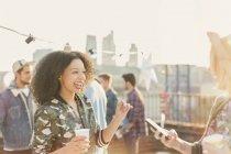 Enthusiastic young women enjoying rooftop party — Stockfoto