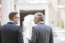 Les hommes d'affaires parlent dans la rue de la ville — Photo de stock
