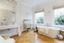 Интерьер ванной дома Витрина с паркетным полом — стоковое фото
