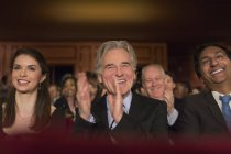 Applaudire pubblico teatro al chiuso — Foto stock