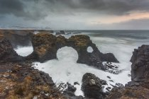 Formations rocheuses parmi l'océan houleux, Amarstapi, Snaefellsnes, Islande — Photo de stock