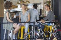 Друзі гуляти говорити і пити каву кафе patio — стокове фото