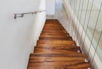 Vista elevada de escalera de madera de la casa moderna - foto de stock