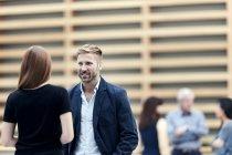 Homme d'affaires et femme d'affaires parlant dans le hall — Photo de stock