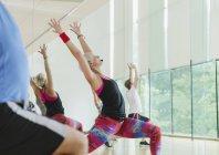 Fitness-Instruktor führt Aerobic-Kurs in hoher Ausfallschritt — Stockfoto
