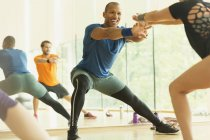 Enthusiastic fitness instructor leading aerobics class — Stockfoto
