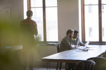 Kreative Geschäftsleute arbeiten am Laptop im Büro — Stockfoto