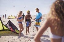Друзья, обучения кайтбордингу на Солнечный берег — стоковое фото