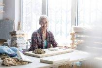 Портрет усміхається жінка робота з глину в кераміку студії — стокове фото