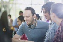 Estudantes universitários usando computador em sala de aula de laboratório de informática — Fotografia de Stock