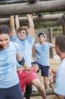 Bestimmt Menschen Affe Querstäbe auf Boot Camp-Hindernis-Parcours — Stockfoto