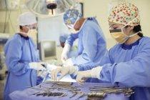 Chirurgo a vassoio di forbici chirurgiche in sala operatoria — Foto stock