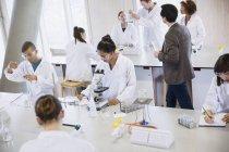 Студенты колледжа, проведении научных эксперимента в классе науки Лаборатория — стоковое фото