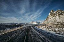 Camino remoto, helado durante el día, Islandia - foto de stock
