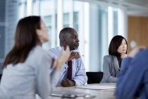 Деловых людей слушают на встрече — стоковое фото