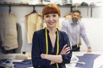 Портрет уверенной женщины портной в мастерской мужской одежды — стоковое фото