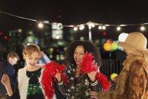 Les jeunes femmes dansent à la fête sur le toit — Photo de stock