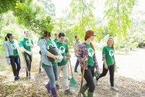 Des bénévoles écologistes souriants plantent de nouveaux arbres — Photo de stock