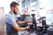 Kaffeezubereitung im modernen Café Barista — Stockfoto