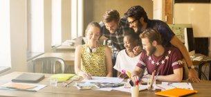 Kreative Geschäftsleute brainstorming im Büro treffen — Stockfoto