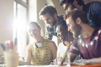 Creativi uomini d'affari brainstorming in riunione d'ufficio — Foto stock
