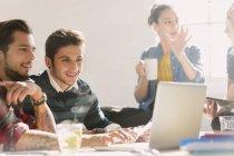 Creativos jóvenes empresarios que trabajan en el ordenador portátil - foto de stock