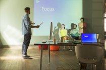 Gli uomini d'affari che preparano la presentazione audiovisiva su Focus — Foto stock