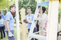Волонтери говорити на будмайданчик — стокове фото