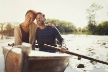 Retrato abraçando casal canoagem no lago ensolarado — Fotografia de Stock