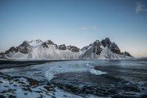 Ледяной пляж и горы, Хофн, Исландия — стоковое фото