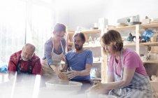 Adultos maduros usando rodas de cerâmica em estúdio — Fotografia de Stock